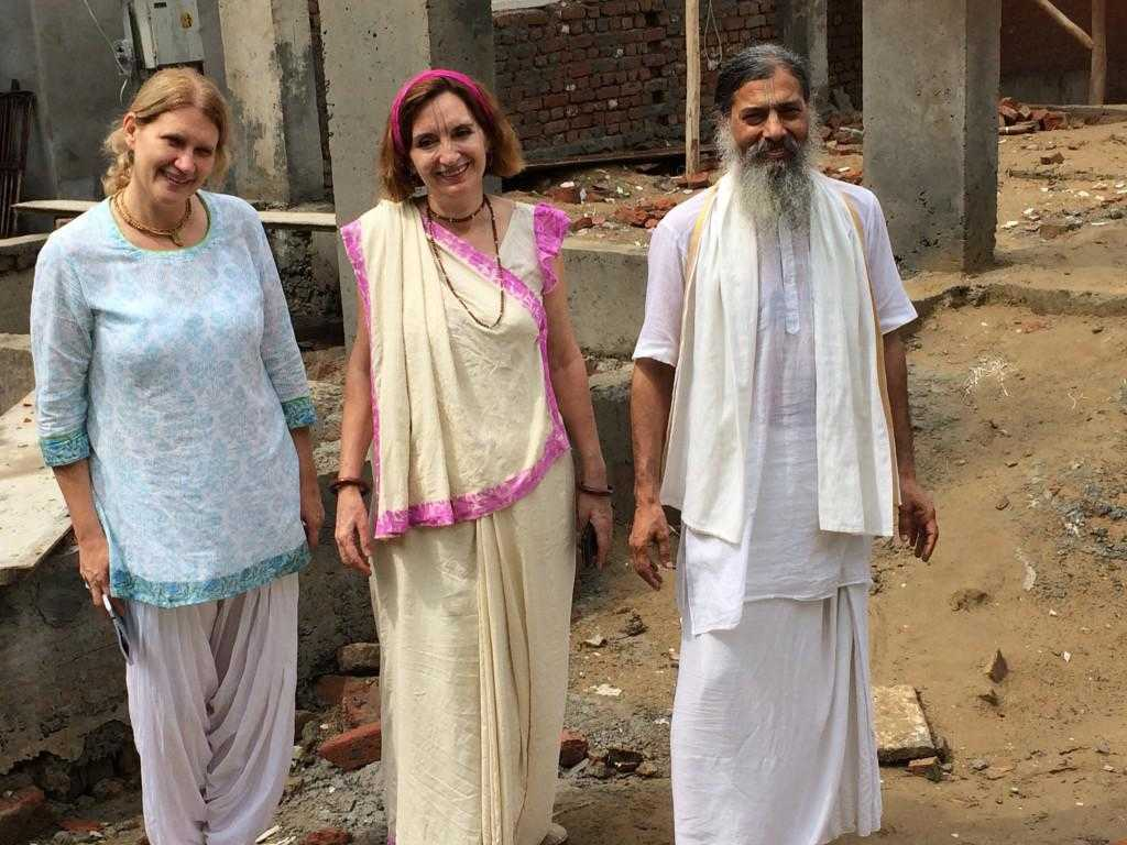 Joshika, Jaya und Babaji auf Baustellen-Inspektion Jiva Jugendherberge